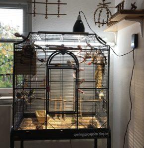 Zur Anbringung an den Vogelkäfig wurde die Sonnenlichtlampe einfach mit dem Reflektor auf den Käfig gestellt