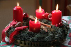 Adventskränze mit brennenden Kerzen sind nicht vogelsicher