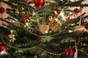 Weihnachtsbaum mit Licherkette, Plastik und Glitzer ist nicht vogelsicher